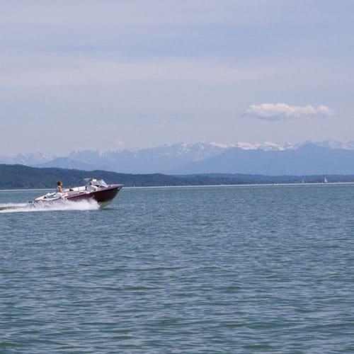 AMMERSEE BAVARIA Motorboot am Ammersee vor der Kulisse der bayerischen Alpen