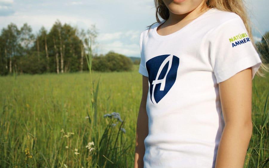 """AMMERSEE BAVARIA Mädchen mit T-Shirt """"Natürlich Ammersee"""" vor Naturschutzgebiet in Diessen am Ammersee"""