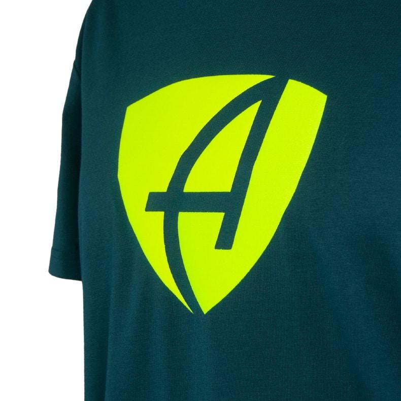 Ausschnitt Vorderansicht eines dunkelgrünen CB T-Shirts aus Bio-Baumwolle (Organic Bio T-Shirt) mit grau-lime-gelbem Ammersee Design der Modemarke AMMERSEE BAVARIA aus Bayern, Deutschland