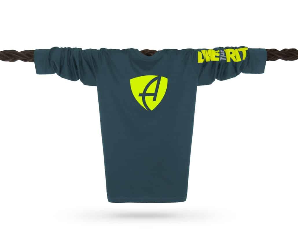 Vorderansicht eines petrolfarbenen SB Longsleeve T-Shirts aus Bio-Baumwolle (Organic Bio T-Shirt) mit grau-gelbem Ammersee Design der Modemarke AMMERSEE BAVARIA aus Bayern, Deutschland