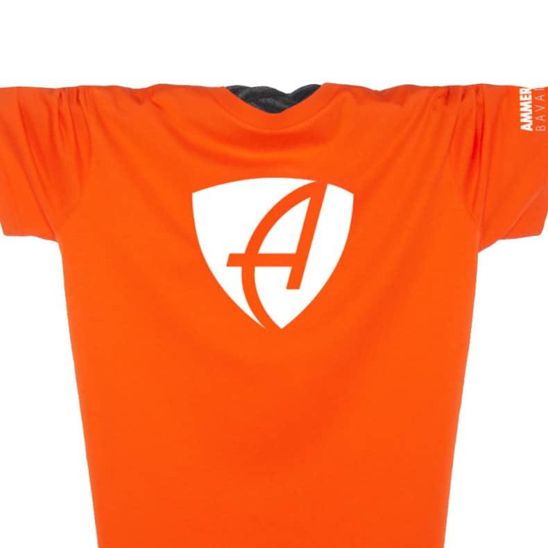 Ausschnitt Vorderansicht eines orangem CB T-Shirts aus Bio-Baumwolle (Organic Bio T-Shirt) mit weissem Ammersee Design der Modemarke AMMERSEE BAVARIA aus Bayern, Deutschland