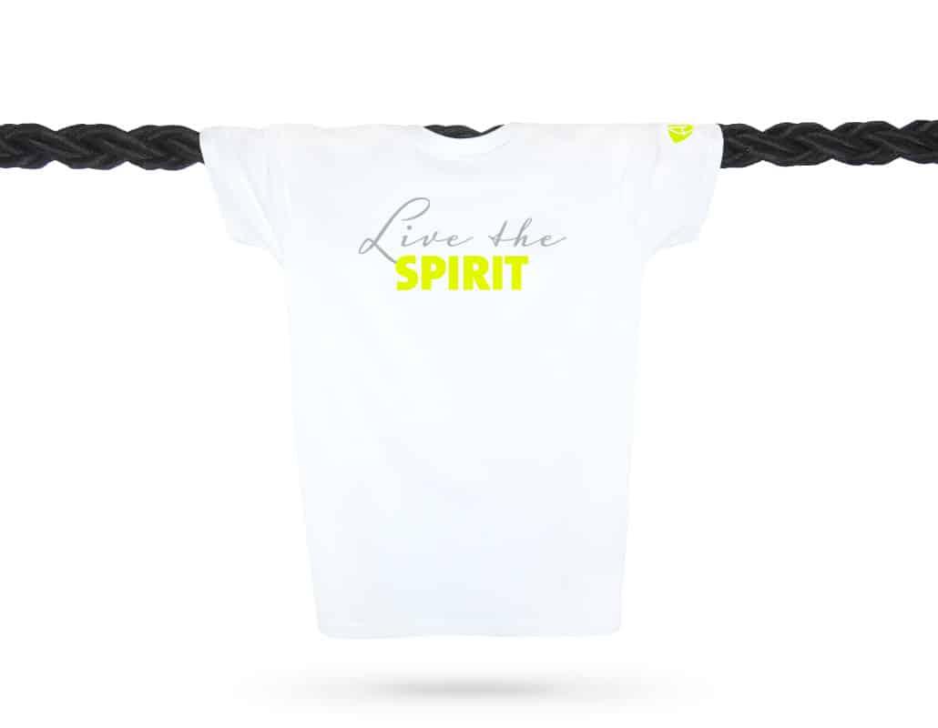Vorderansicht eines weissen ST T-Shirts aus Bio-Baumwolle (Organic Bio T-Shirt) mit grau-lime-gelbem Ammersee Design der Modemarke AMMERSEE BAVARIA aus Bayern, Deutschland