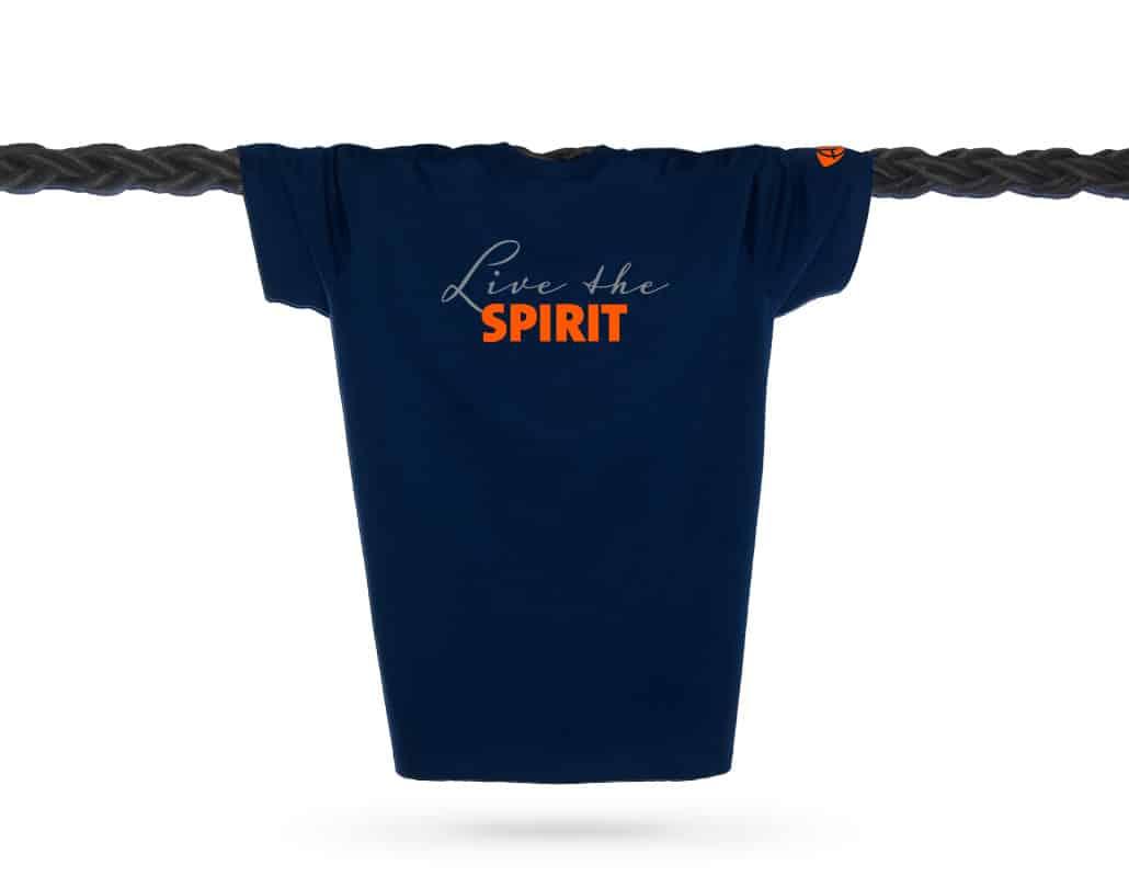 Vorderansicht eines dunkelblauen ST T-Shirts aus Bio-Baumwolle (Organic Bio T-Shirt) mit orangenem Ammersee Design der Modemarke AMMERSEE BAVARIA aus Bayern, Deutschland