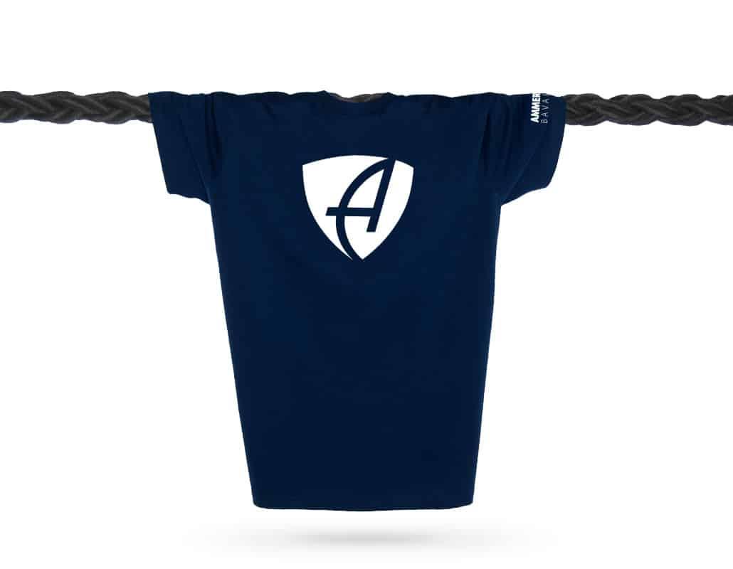 Vorderansicht eines dunkelblauen CB T-Shirts aus Bio-Baumwolle (Organic Bio T-Shirt) mit weissem Ammersee Design der Modemarke AMMERSEE BAVARIA aus Bayern, Deutschland