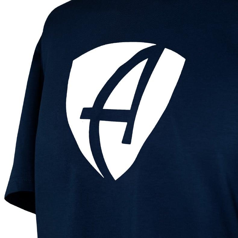 Ausschnitt Vorderansicht eines dunkelblauen CB T-Shirts aus Bio-Baumwolle (Organic Bio T-Shirt) mit weissem Ammersee Design der Modemarke AMMERSEE BAVARIA aus Bayern, Deutschland