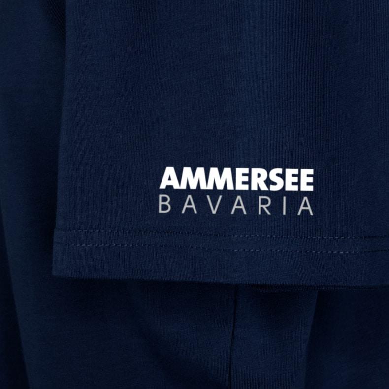 Ärmel eines dunkelblauen CB T-Shirts aus Bio-Baumwolle (Organic Bio T-Shirts) mit weiss-grauem Ammersee Design der Modemarke AMMERSEE BAVARIA aus Bayern, Deutschland