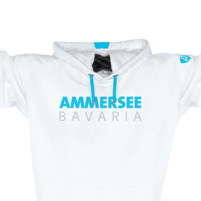 Ausschnitt Vorderansicht eines weissen CT Kapuzenpullover aus Bio-Baumwolle (Organic Bio Hoodie) und recyceltem Polyester mit türkisem Ammersee Design der Modemarke AMMERSEE BAVARIA aus Bayern, Deutschland