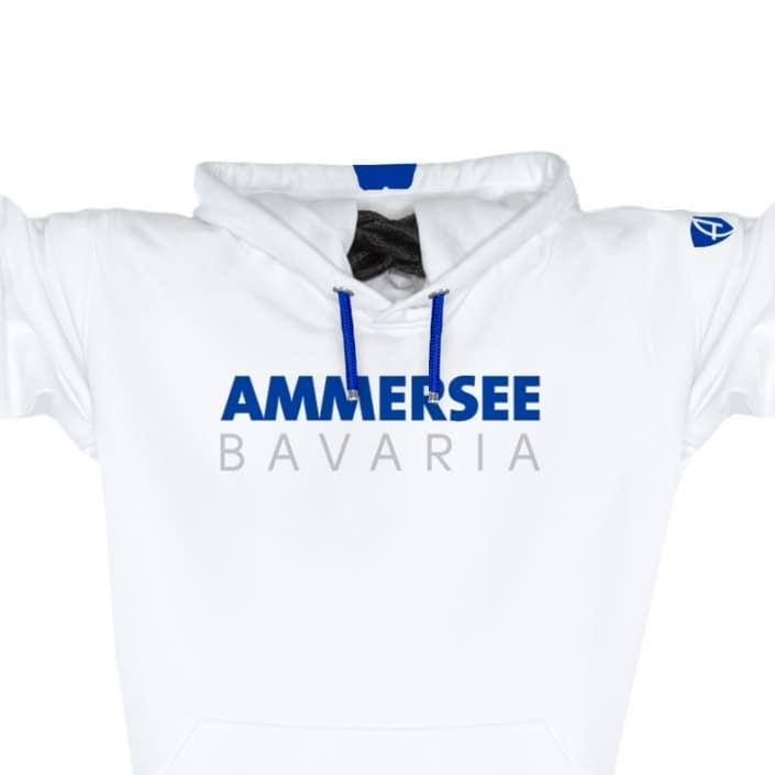 Ausschnitt Vorderansicht eines weissen CT Kapuzenpullover aus Bio-Baumwolle (Organic Bio Hoodie) und recyceltem Polyester mit blauem Ammersee Design der Modemarke AMMERSEE BAVARIA aus Bayern, Deutschland