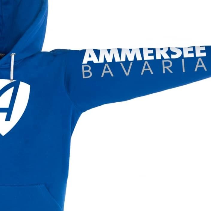 Ausschnitt Vorderansicht eines blauen CB Kapuzenpullover aus Bio-Baumwolle (Organic Bio Hoodie) und recyceltem Polyester mit weissem Ammersee Design der Modemarke AMMERSEE BAVARIA aus Bayern, Deutschland