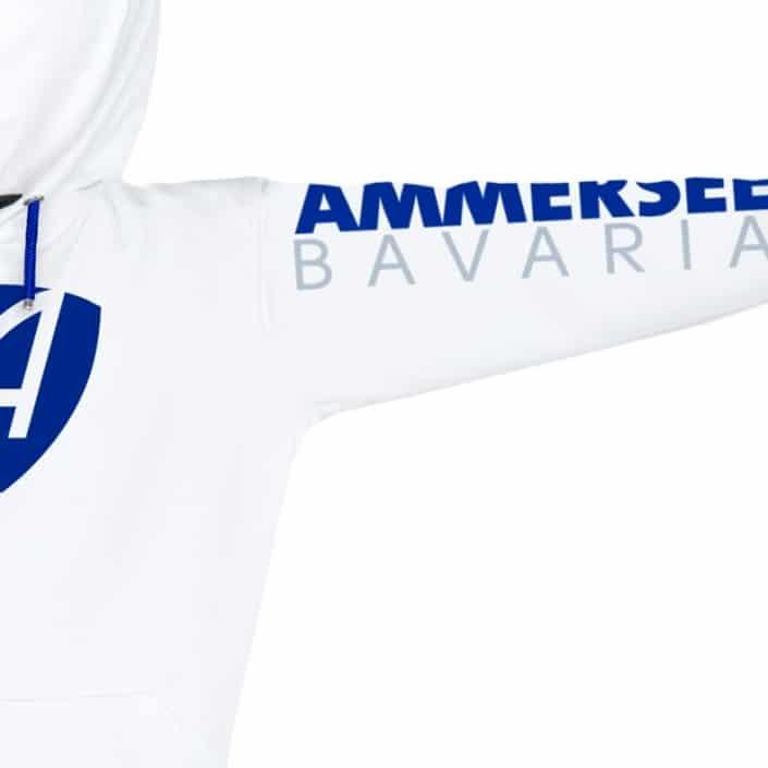 Ausschnitt Vorderansicht eines weissen CB Kapuzenpullover aus Bio-Baumwolle (Organic Bio Hoodie) und recyceltem Polyester mit blauem Ammersee Design der Modemarke AMMERSEE BAVARIA aus Bayern, Deutschland