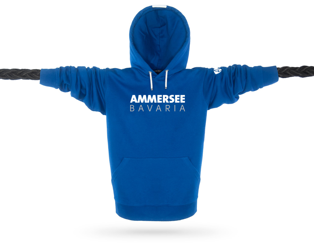 Vorderansicht eines blauen CT Kapuzenpullover aus Bio-Baumwolle (Organic Bio Hoodie) und recyceltem Polyester mit weissem Ammersee Design der Modemarke AMMERSEE BAVARIA aus Bayern, Deutschland