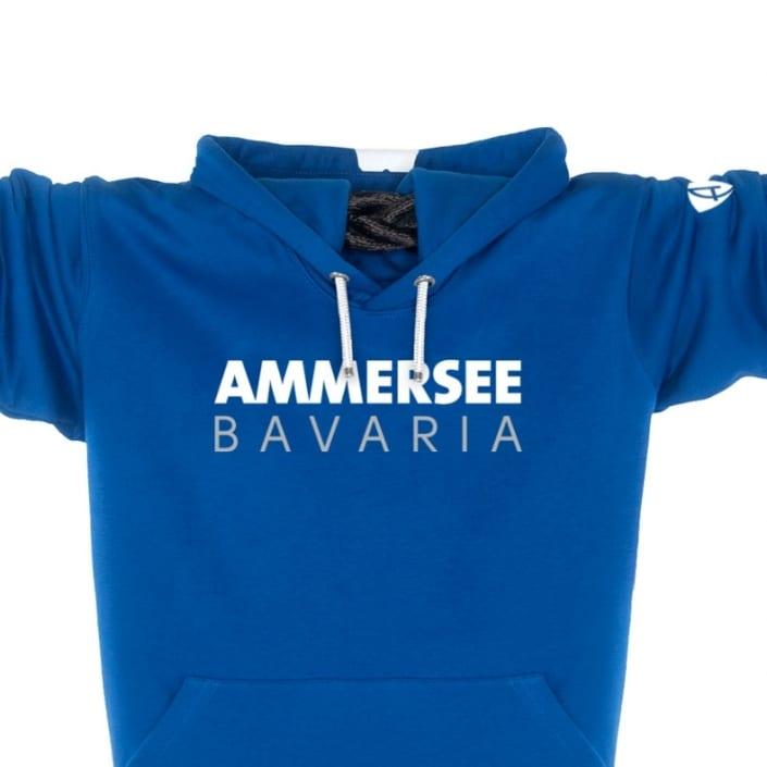 Ausschnitt Vorderansicht eines blauen CT Kapuzenpullover aus Bio-Baumwolle (Organic Bio Hoodie) und recyceltem Polyester mit weissem Ammersee Design der Modemarke AMMERSEE BAVARIA aus Bayern, Deutschland