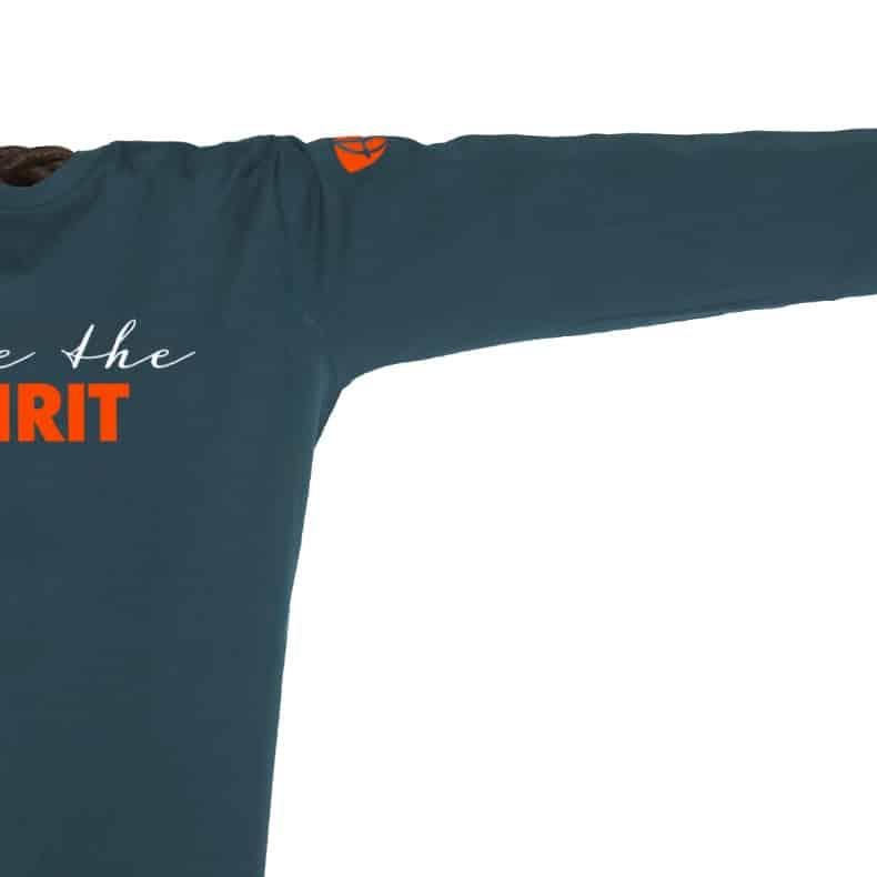 Ärmel eines petrolfarbenen ST Longsleeve T-Shirts aus Bio-Baumwolle (Organic Bio T-Shirts) mit grau-orangem Ammersee Design der Modemarke AMMERSEE BAVARIA aus Bayern, Deutschland
