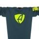 Ausschnitt Vorderansicht eines petrolfarbenen SB Longsleeve T-Shirts aus Bio-Baumwolle (Organic Bio T-Shirt) mit grau-gelbem Ammersee Design der Modemarke AMMERSEE BAVARIA aus Bayern, Deutschland
