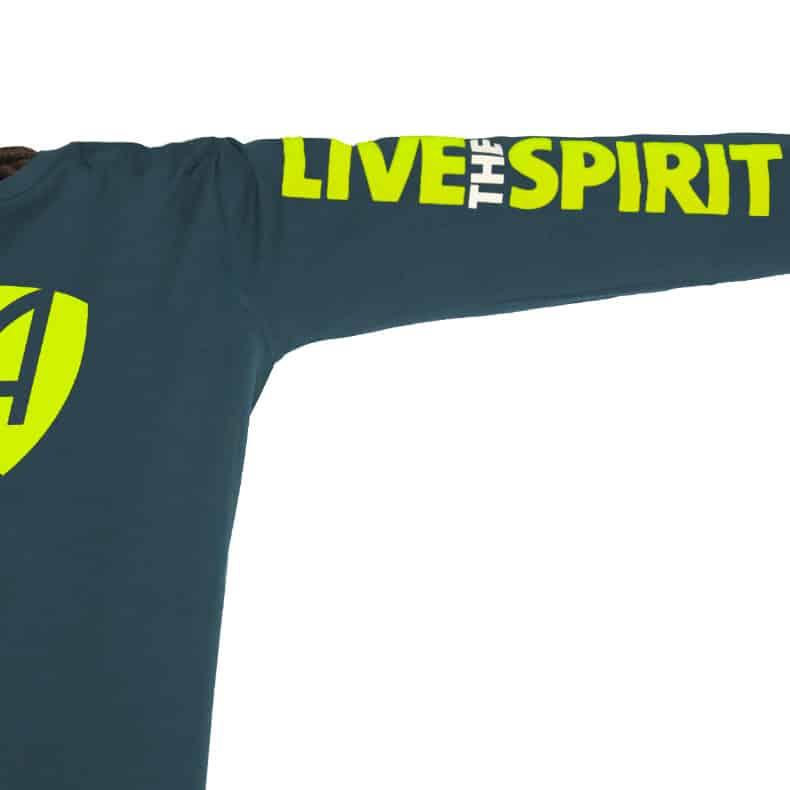 Ärmel eines petrolfarbenen SB Longsleeve T-Shirts aus Bio-Baumwolle (Organic Bio T-Shirts) mit grau-gelbem Ammersee Design der Modemarke AMMERSEE BAVARIA aus Bayern, Deutschland