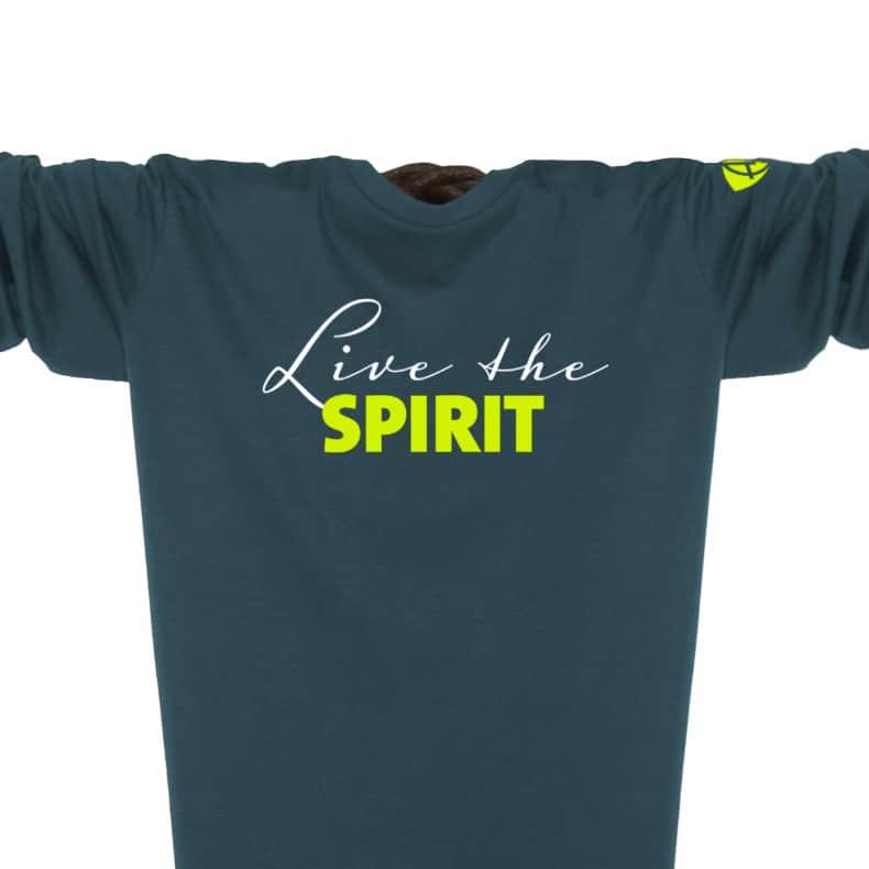 Ausschnitt Vorderansicht eines petrolfarbenen ST Longsleeve T-Shirts aus Bio-Baumwolle (Organic Bio T-Shirt) mit grau-gelbem Ammersee Design der Modemarke AMMERSEE BAVARIA aus Bayern, Deutschland