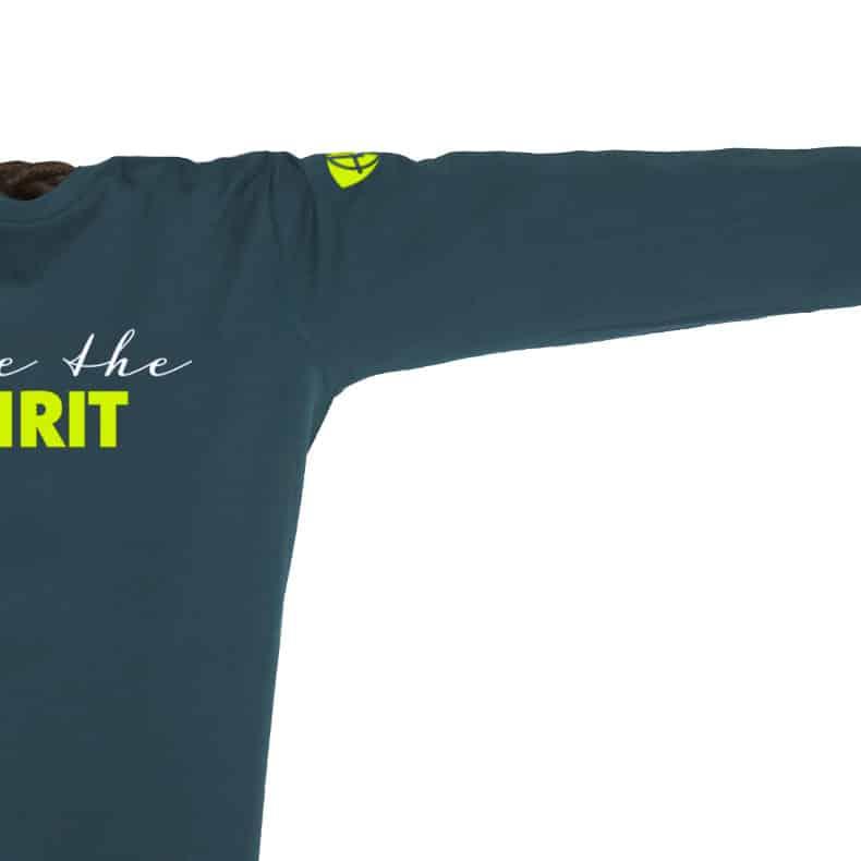 Ärmel eines petrolfarbenen ST Longsleeve T-Shirts aus Bio-Baumwolle (Organic Bio T-Shirts) mit grau-gelbem Ammersee Design der Modemarke AMMERSEE BAVARIA aus Bayern, Deutschland