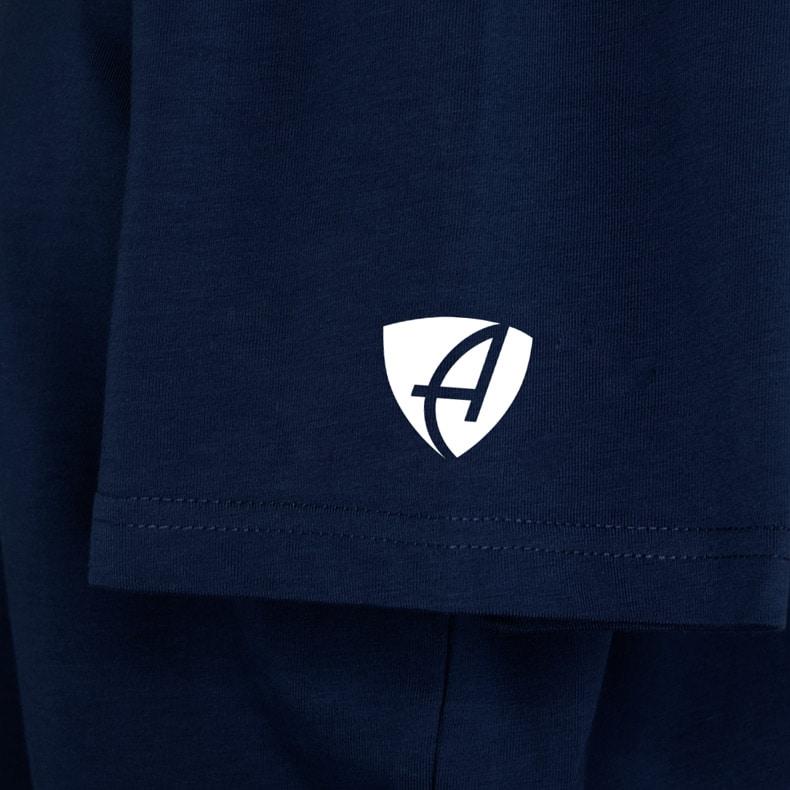 Ärmel eines dunkelblauen CT T-Shirts aus Bio-Baumwolle (Organic Bio T-Shirt) mit weiss-grauem Ammersee Design der Modemarke AMMERSEE BAVARIA aus Bayern, Deutschland