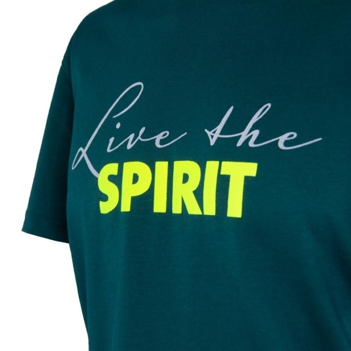Ausschnitt Vorderansicht eines dunkelgrünen ST T-Shirts aus Bio-Baumwolle (Organic Bio T-Shirt) mit grau-lime-gelbem Ammersee Design der Modemarke AMMERSEE BAVARIA aus Bayern, Deutschland