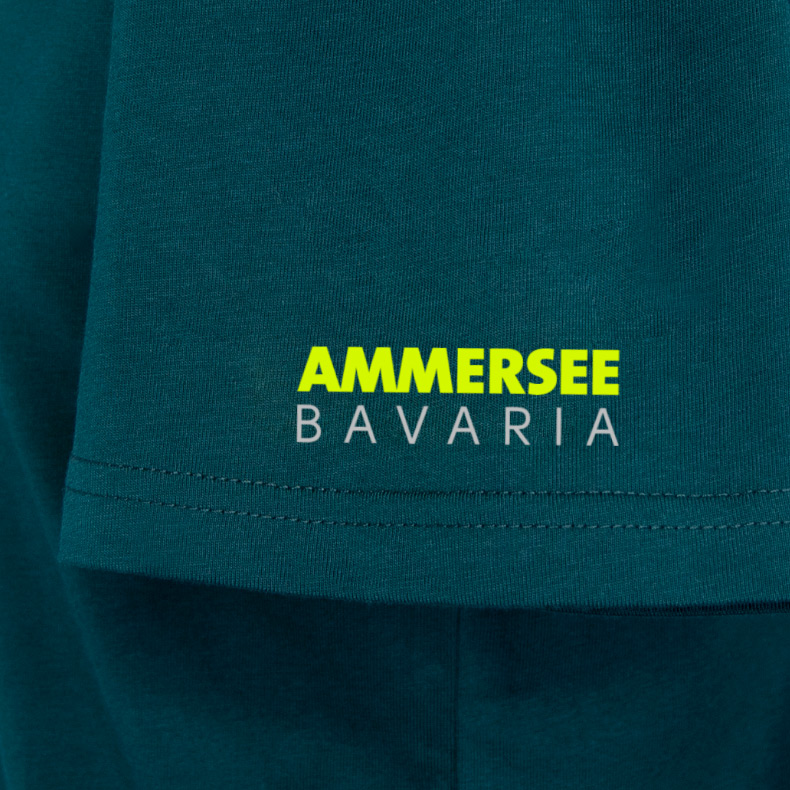 Ärmel eines dunkelgrünen CB T-Shirts aus Bio-Baumwolle (Organic Bio T-Shirts) mit lime-gelbem Ammersee Design der Modemarke AMMERSEE BAVARIA aus Bayern, Deutschland
