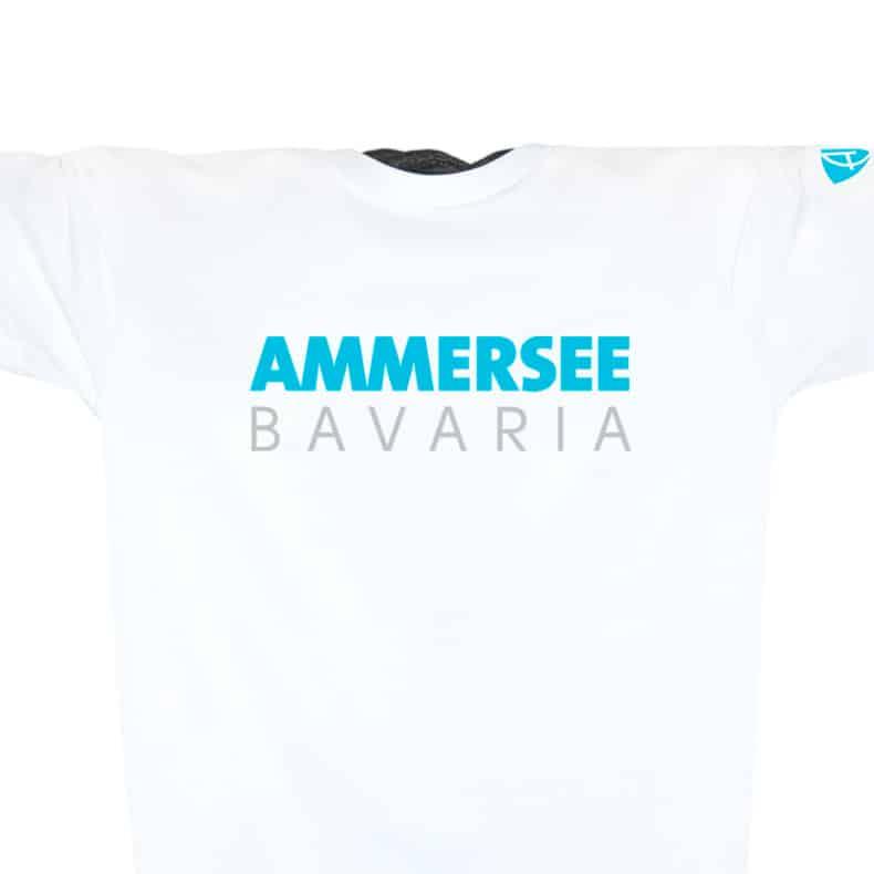 Ausschnitt Vorderansicht eines weissen CT T-Shirts aus Bio-Baumwolle (Organic Bio T-Shirt) mit grau-türkisem Ammersee Design der Modemarke AMMERSEE BAVARIA aus Bayern, Deutschland