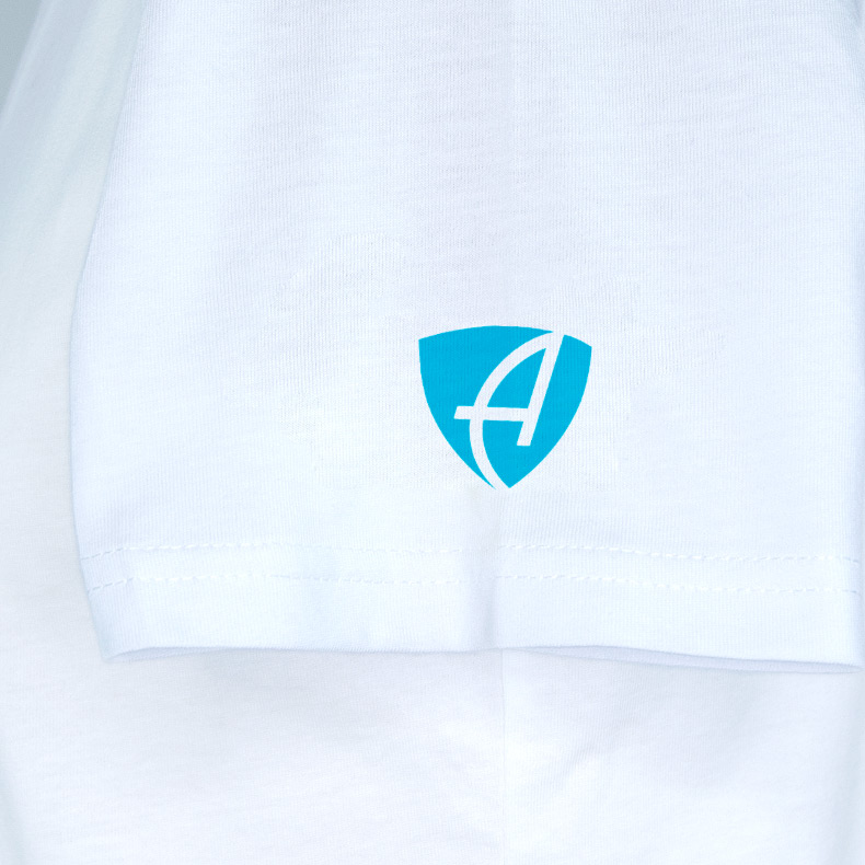 Ärmel eines weissen CT T-Shirts aus Bio-Baumwolle (Organic Bio T-Shirts) mit türkisem Ammersee Design der Modemarke AMMERSEE BAVARIA aus Bayern, Deutschland