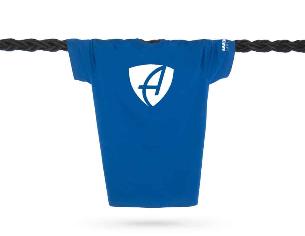 Vorderansicht eines mittelblauen CB T-Shirts aus Bio-Baumwolle (Organic Bio T-Shirt) mit weissem Ammersee Design der Modemarke AMMERSEE BAVARIA aus Bayern, Deutschland
