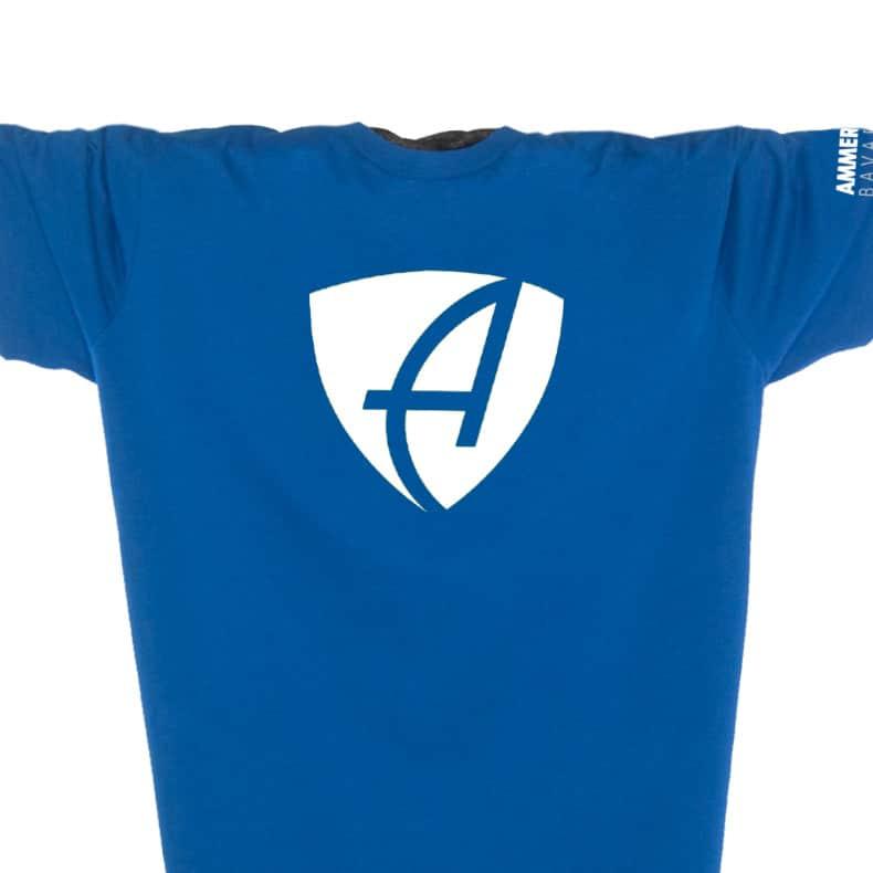 Ausschnitt Vorderansicht eines mittelblauen CB T-Shirts aus Bio-Baumwolle (Organic Bio T-Shirt) mit weissem Ammersee Design der Modemarke AMMERSEE BAVARIA aus Bayern, Deutschland