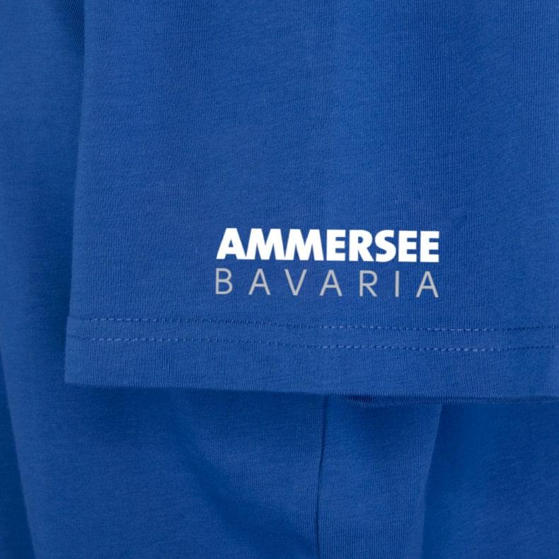 Ärmel eines mittelblauen CB T-Shirts aus Bio-Baumwolle (Organic Bio T-Shirts) mit weiss-grauem Ammersee Design der Modemarke AMMERSEE BAVARIA aus Bayern, Deutschland