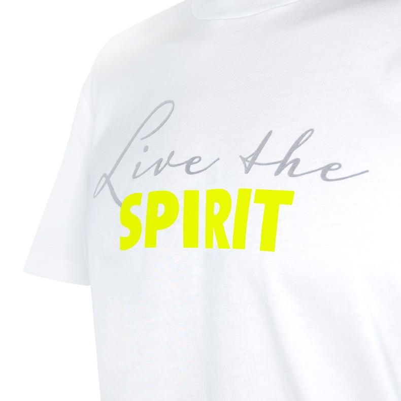 Ausschnitt Vorderansicht eines weissen ST T-Shirts aus Bio-Baumwolle (Organic Bio T-Shirt) mit grau-lime-gelbem Ammersee Design der Modemarke AMMERSEE BAVARIA aus Bayern, Deutschland