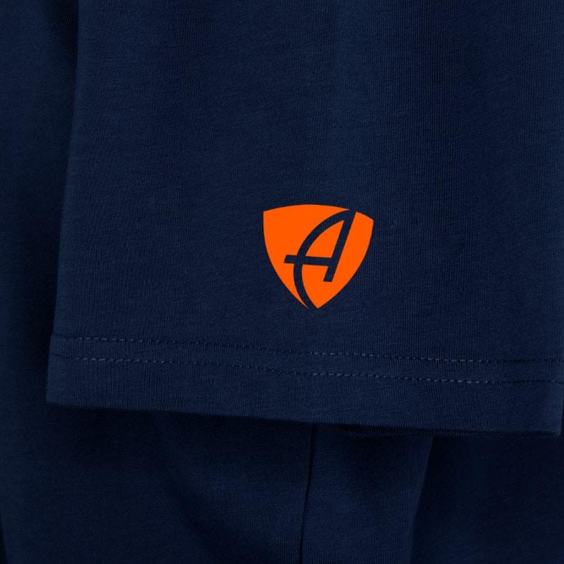 Ärmel eines dunkelblauen ST T-Shirts aus Bio-Baumwolle (Organic Bio T-Shirts) mit orangenem Ammersee Design der Modemarke AMMERSEE BAVARIA aus Bayern, Deutschland