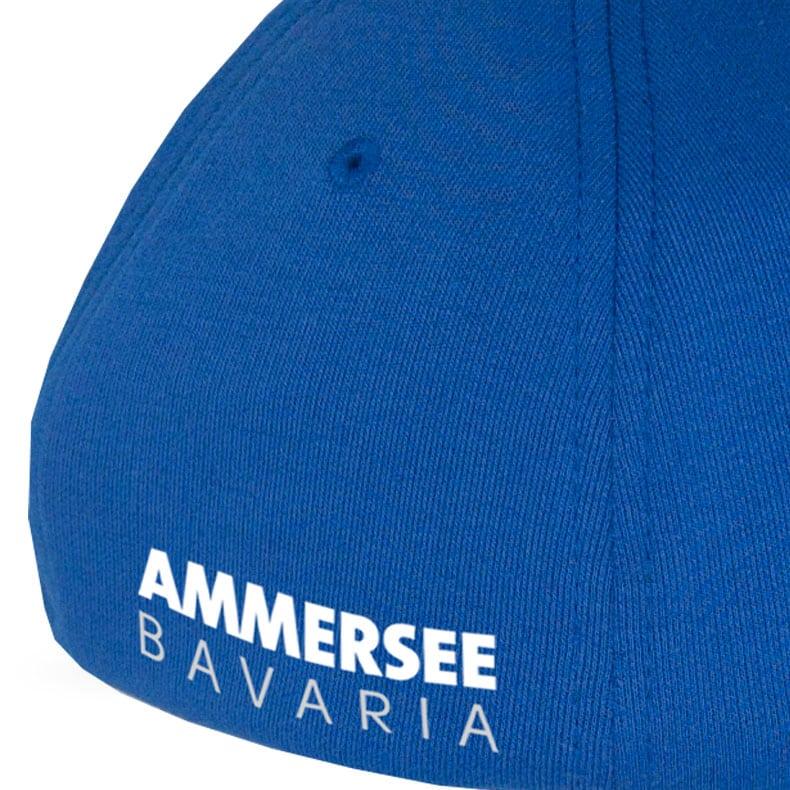 Rückansicht eines mittelblauen CB Ammersee Flexfit Cap Single Jersey mit weissem Ammersee Design der Modemarke AMMERSEE BAVARIA aus Bayern, Deutschland