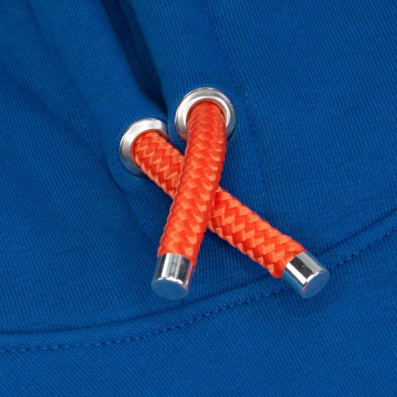 Orangene Kapuzenkordel aus PET-Segelseilen von einem blauen Kapuzenpullover der Modemarke AMMERSEE BAVARIA aus Bayern, Deutschland