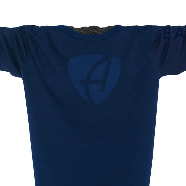 Ausschnitt Vorderansicht eines dunkelblauen CB Longsleeve T-Shirts aus Bio-Baumwolle (Organic Bio T-Shirt) mit dunkelblauem Ammersee Design der Modemarke AMMERSEE BAVARIA aus Bayern, Deutschland