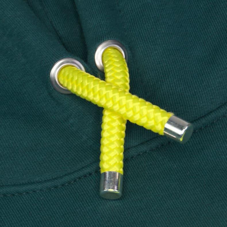 Neon-gelbe Kapuzenkordel aus PET-Segelseilen von einem dunkelgrünen Kapuzenpullover der Modemarke AMMERSEE BAVARIA aus Bayern, Deutschland