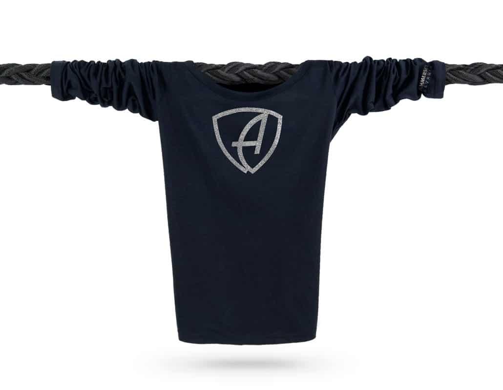 Vorderansicht eines schwarzen CBe Longsleeve T-Shirts aus Bio-Baumwolle (Organic Bio T-Shirt) mit silber-glitzerdem Ammersee Design der Modemarke AMMERSEE BAVARIA aus Bayern, Deutschland