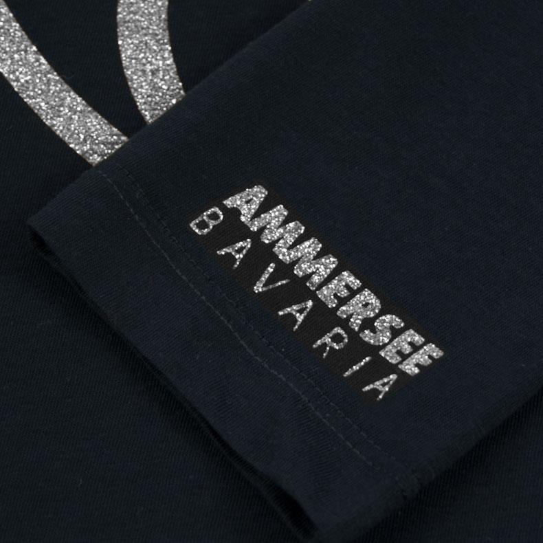 Ärmel eines schwarzen CBe Longsleeve T-Shirts aus Bio-Baumwolle (Organic Bio T-Shirts) mit silber-glitzerdem Ammersee Design der Modemarke AMMERSEE BAVARIA aus Bayern, Deutschland