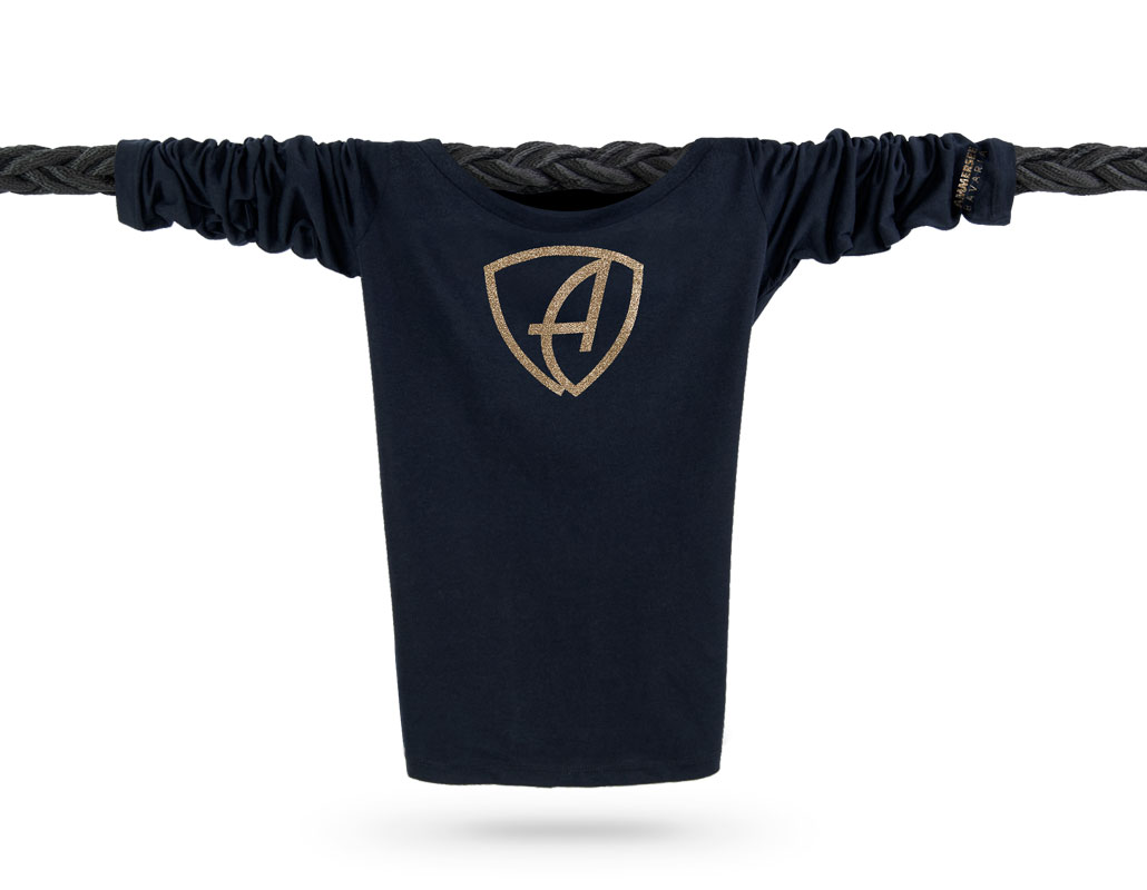 Vorderansicht eines schwarzen CBe Longsleeve T-Shirts aus Bio-Baumwolle (Organic Bio T-Shirt) mit gold-glitzerdem Ammersee Design der Modemarke AMMERSEE BAVARIA aus Bayern, Deutschland