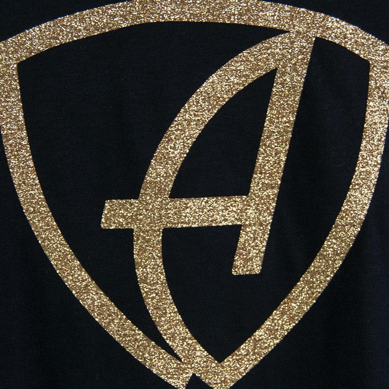 Ausschnitt Vorderansicht eines schwarzen CBe Longsleeve T-Shirts aus Bio-Baumwolle (Organic Bio T-Shirt) mit gold-glitzerdem Ammersee Design der Modemarke AMMERSEE BAVARIA aus Bayern, Deutschland