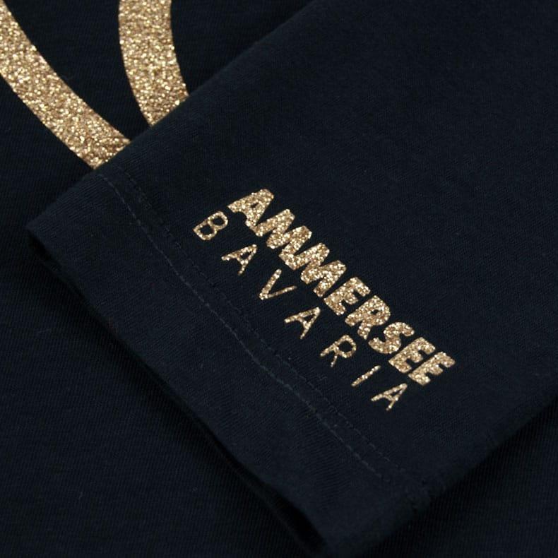 Ärmel eines schwarzen CBe Longsleeve T-Shirts aus Bio-Baumwolle (Organic Bio T-Shirts) mit gold-glitzerdem Ammersee Design der Modemarke AMMERSEE BAVARIA aus Bayern, Deutschland