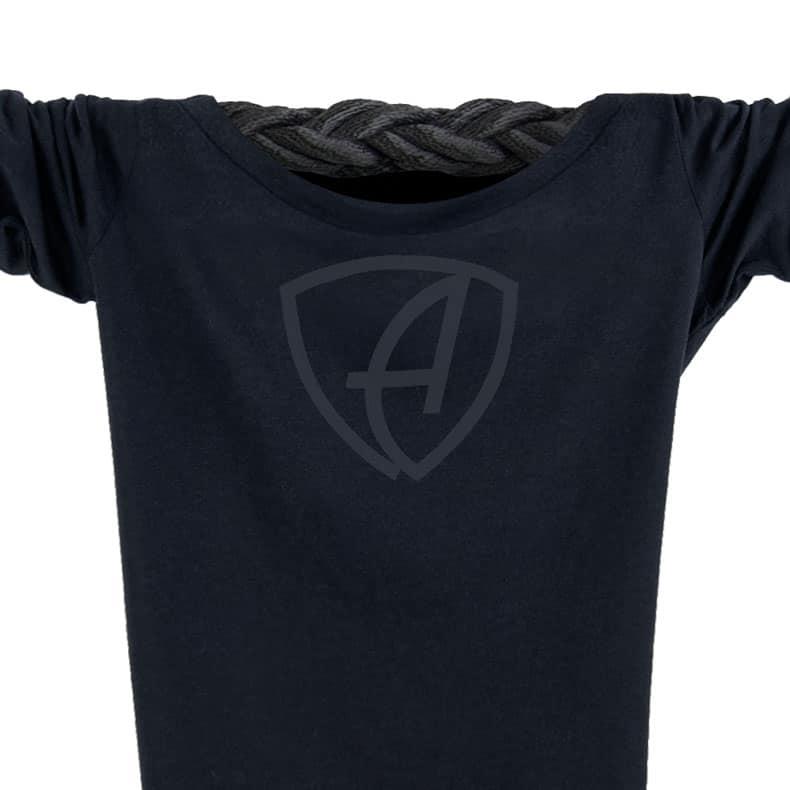 Ausschnitt Vorderansicht eines schwarzen CBe Longsleeve T-Shirts aus Bio-Baumwolle (Organic Bio T-Shirt) mit anthrazit-farbenen Ammersee Design der Modemarke AMMERSEE BAVARIA aus Bayern, Deutschland