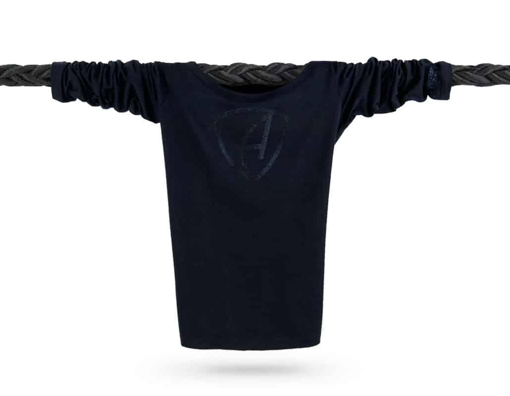 Vorderansicht eines schwarzen CBe Longsleeve T-Shirts aus Bio-Baumwolle (Organic Bio T-Shirt) mit schwarz-glitzernem Ammersee Design der Modemarke AMMERSEE BAVARIA aus Bayern, Deutschland