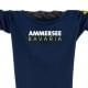 Ausschnitt Vorderansicht eines dunkelblauen CT Longsleeve T-Shirts aus Bio-Baumwolle (Organic Bio T-Shirt) mit weiss-gelben Ammersee Design der Modemarke AMMERSEE BAVARIA aus Bayern, Deutschland