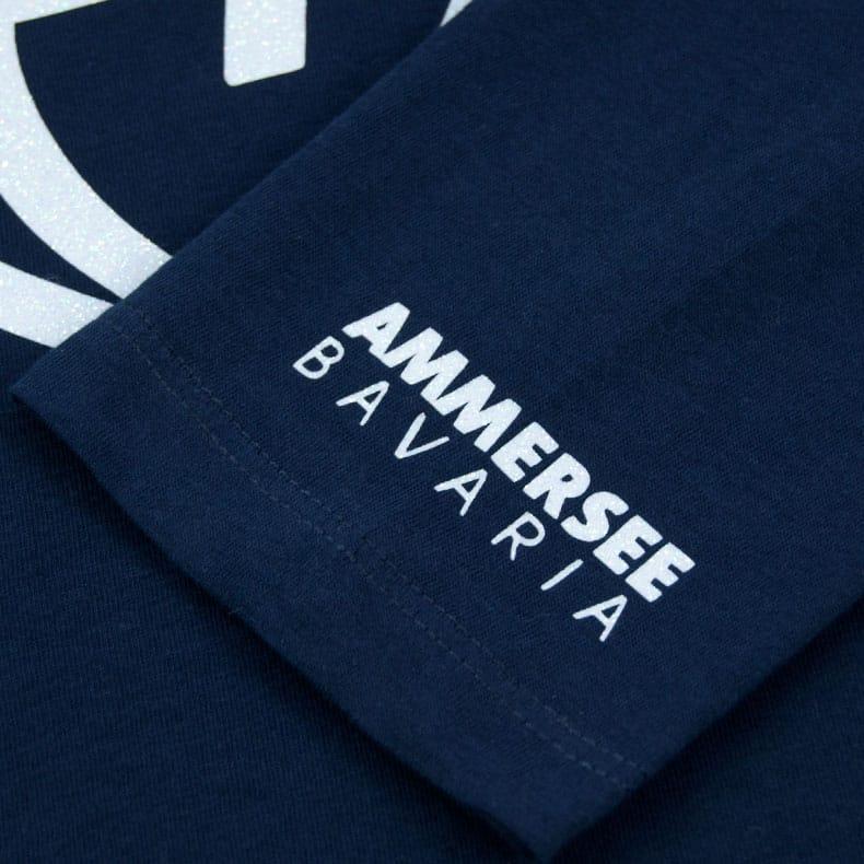 Ärmel eines dunkelblauen CBe Longsleeve T-Shirts aus Bio-Baumwolle (Organic Bio T-Shirts) mit weiss-glitzernem Ammersee Design der Modemarke AMMERSEE BAVARIA aus Bayern, Deutschland