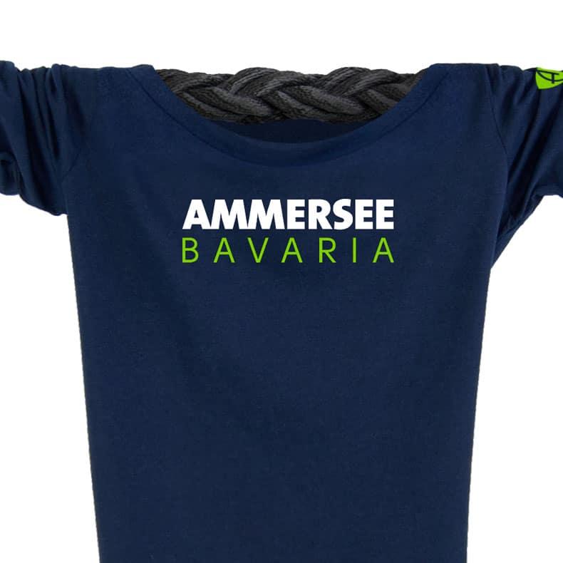 Ausschnitt Vorderansicht eines dunkelblauen CT Longsleeve T-Shirts aus Bio-Baumwolle (Organic Bio T-Shirt) mit weiss-grünem Ammersee Design der Modemarke AMMERSEE BAVARIA aus Bayern, Deutschland