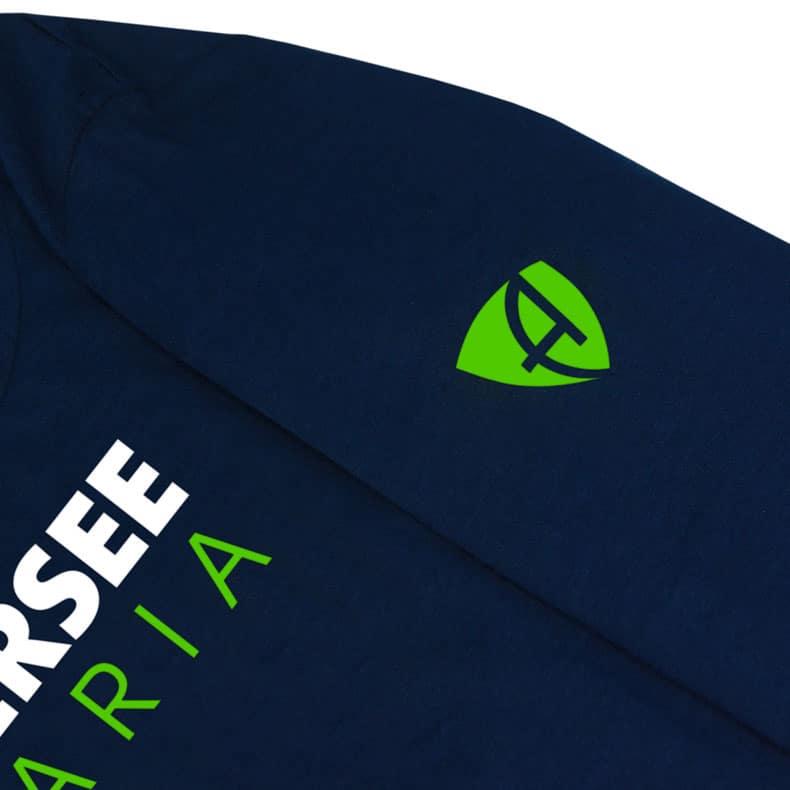 Ärmel eines dunkelblauen CT Longsleeve T-Shirts aus Bio-Baumwolle (Organic Bio T-Shirts) mit weiss-grünem Ammersee Design der Modemarke AMMERSEE BAVARIA aus Bayern, Deutschland