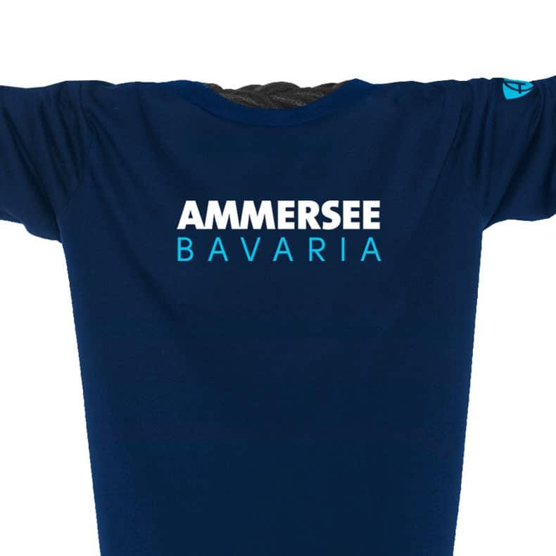 Ausschnitt Vorderansicht eines dunkelblauen CT Longsleeve T-Shirts aus Bio-Baumwolle (Organic Bio T-Shirt) mit weiss-türkisem Ammersee Design der Modemarke AMMERSEE BAVARIA aus Bayern, Deutschland