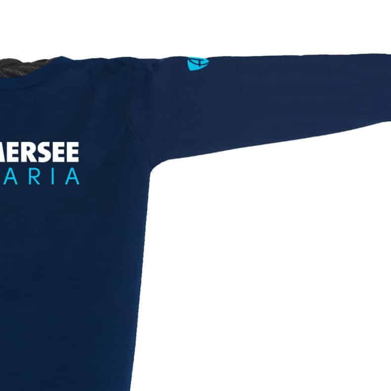 Ärmel eines dunkelblauen CT Longsleeve T-Shirts aus Bio-Baumwolle (Organic Bio T-Shirts) mit weiss-türkisem Ammersee Design der Modemarke AMMERSEE BAVARIA aus Bayern, Deutschland