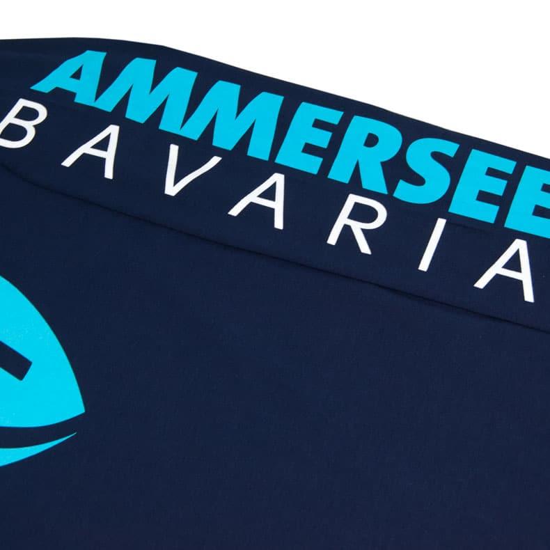 Ärmel eines dunkelblauen CB Longsleeve T-Shirts aus Bio-Baumwolle (Organic Bio T-Shirts) mit weiss-türkisem Ammersee Design der Modemarke AMMERSEE BAVARIA aus Bayern, Deutschland
