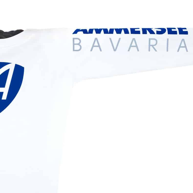 Ärmel eines weissen CB Longsleeve T-Shirts aus Bio-Baumwolle (Organic Bio T-Shirts) mit blau-grauem Ammersee Design der Modemarke AMMERSEE BAVARIA aus Bayern, Deutschland